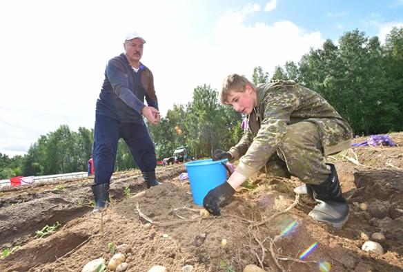 Александр Лукашенко с сыном. Фото: president.gov.by