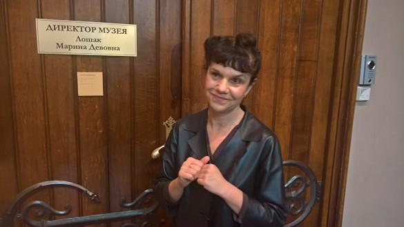 Марина Лошак возле своего кабинета. Фото: Dni.Ru/Феликс Грозданов