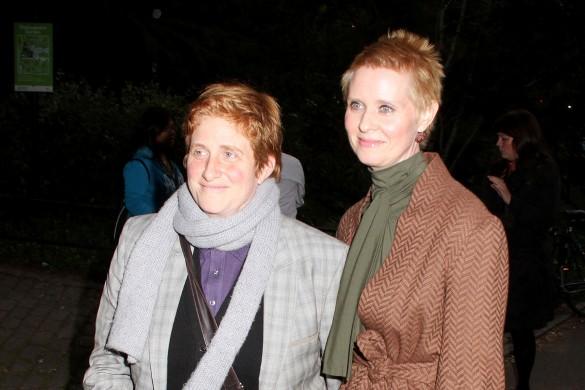 """Звезда сериала """"Секс в большом городе"""" Синтия Никсон с женой. Фото: GLOBAL LOOK press/Nancy Kaszerman"""