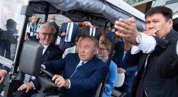 Нурсултан Назарбаев (в центре). Фото: GLOBAL LOOK press