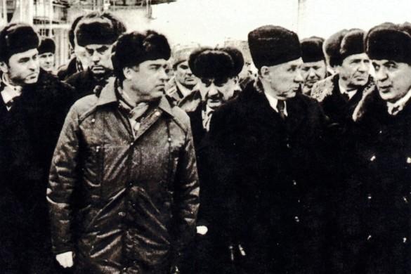В. С. Черномырдин (слева) и А. Н. Косыгин (в центре) на Оренбургском газзаводе (1975 год). Фото: wikipedia.org/Александр Стручков
