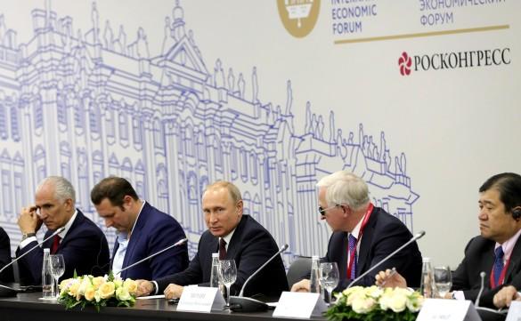 Владимир Путин (в центре). Фото: GLOBAL LOOK press/TASS Host Photo Agency