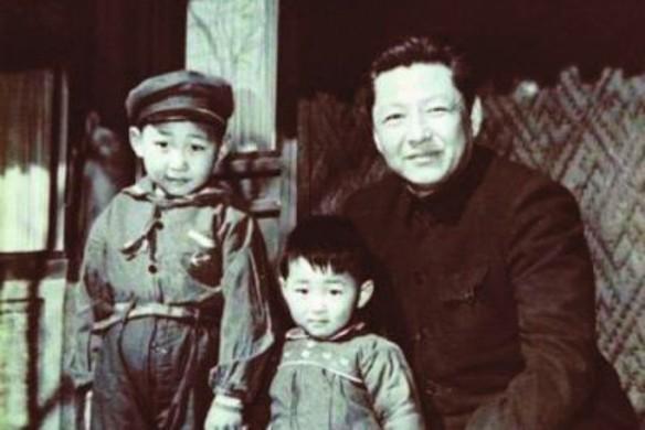 Си Цзиньпин (слева) с отцом и братом. Фото: wikipedia.org