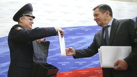 Председатель профильного думского комитета по бюджету и налогам Андрей Макаров (справа). Фото: duma.gov.ru