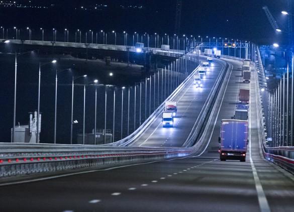 На днях открылось движение большегрузного транспорта по Крымскому мосту.Фото: Сергей Мальгавко/ТАСС