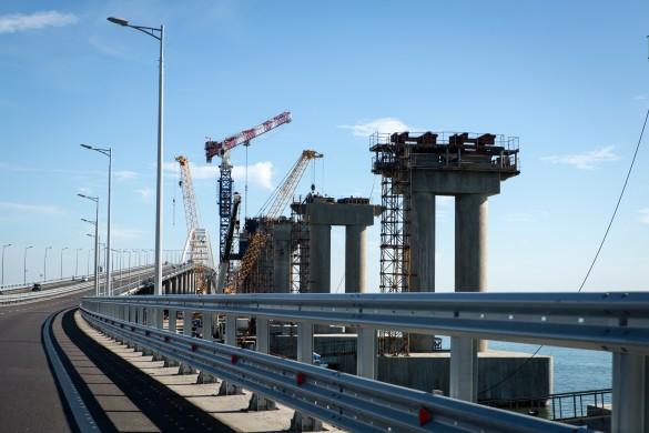 Продолжается строительство железнодорожной части Крымского моста. Фото: GLOBAL LOOK press/Nikolay Gyngazov