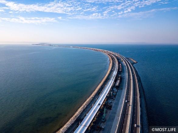 Строители продолжают возводить железнодорожную часть Крымского моста. Фото: most.life/multimedia