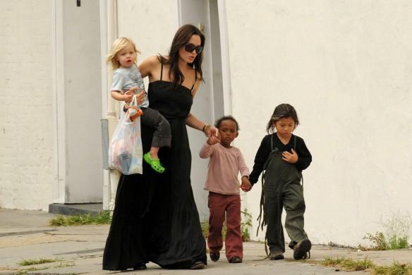 Анджелина Джоли с детьми. Фото: www.globallookpress.com