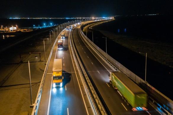 Минувшей осенью по Крымскому мосту начал ездить грузовой транспорт. Фото: most.life