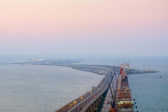 Строители трудятся над сооружением железнодорожной части Крымского моста. Фото: most.life