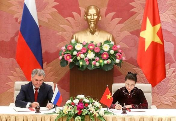 Вячеслав Володин и Нгуен Тхи Ким Нган. Фото: duma.gov.ru
