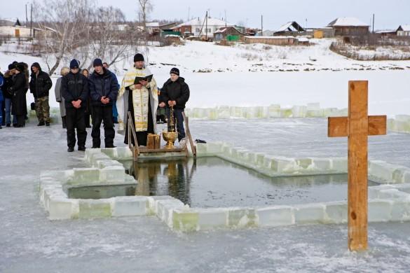 В праздник Крещения люди окунаются в прорубь. Фото: www.globallookpress.com
