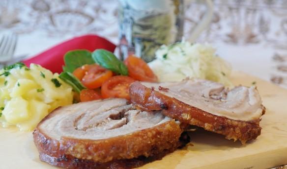 Главным украшением праздничного стола на Крещение Господне является блюда из поросенка. Фото: pixabay.com