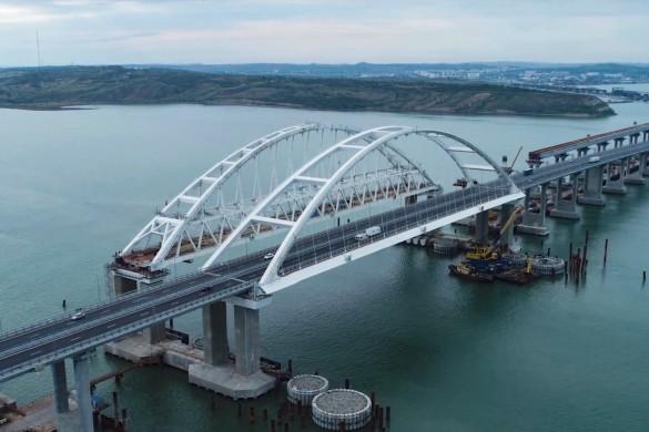 Украинские СМИ и блогеры не устают придумывать фейки про Крымский мост. Кадр youtube.com