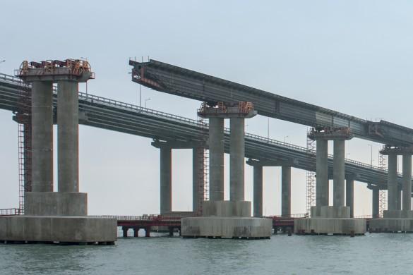 Строители заняты сооружением железнодорожной части Крымского моста. Фото: most.life