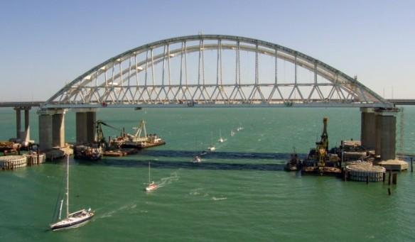 Под аркой Крымского моста свободна проходят почти любые суда. Фото: most.life