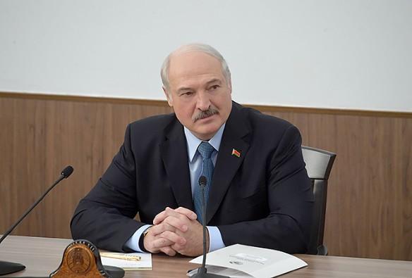 Лукашенко отказывается признавать Крым российским, но при этом выпрашивает у Москвы скидки на газ. Фото: president.gov.by
