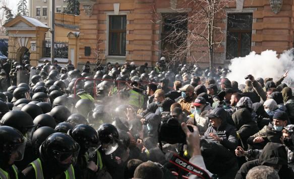 Националисты погнали в шею Петра Порошенко. Фото: Pavlo Gonchar/Global look press