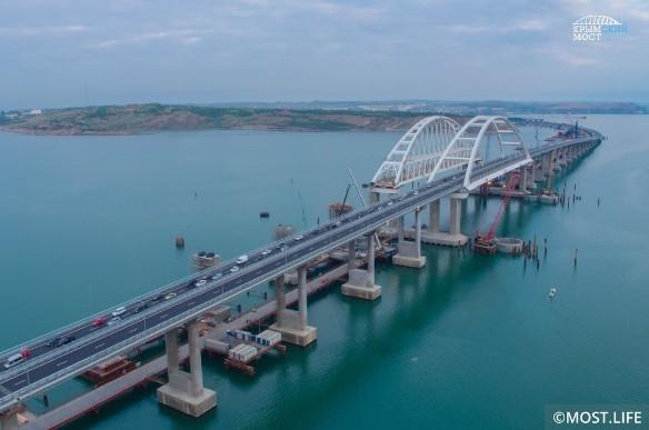 Железную дорогу на Крымском мосту откроют в конце года. Фото: most.life