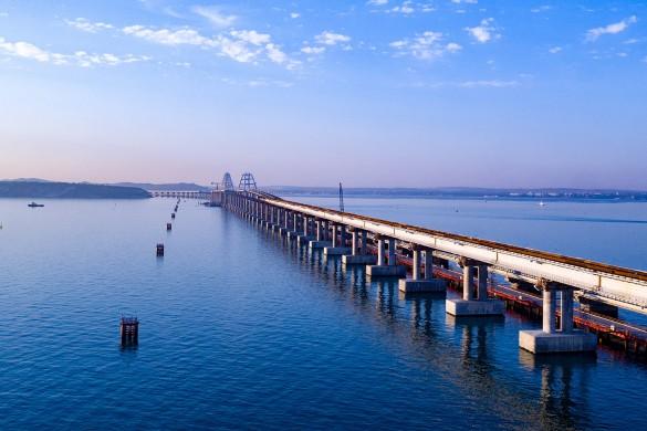 Железная дорога по Крымскому мосту значительно улучшит транспортную доступность полуострова. Фото: most.life