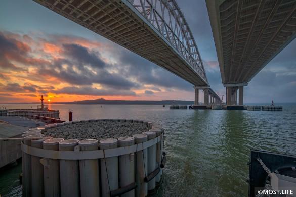 Крымским мостом активно пользуются жители полуострова и соседней Кубани. Фото: most.life