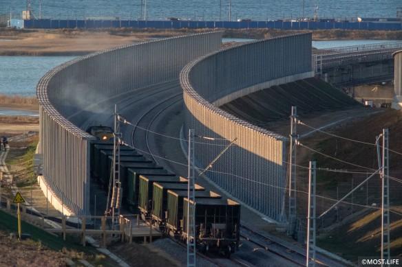 По Крымскому мосту будут ездить грузовые и пассажирские поезда. Фото: most.life