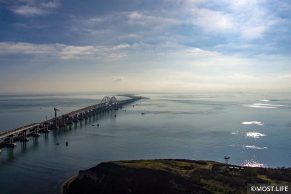 Строители продолжают строить железную дорогу по Крымскому мосту. Фото: most.life
