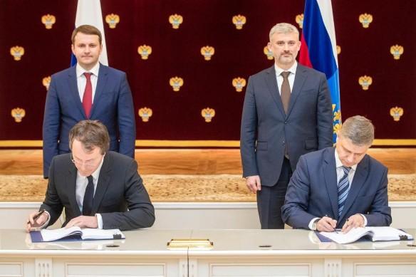 Руслан Байсаров подписывает договор на строительство ЖД ветки Элегест-Кызыл-Курагино. Фото: пресс-служба РЖД