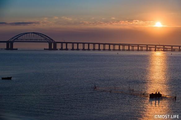 Скоро по Крымскому мосту пройдут первые поезда. Фото: most.life