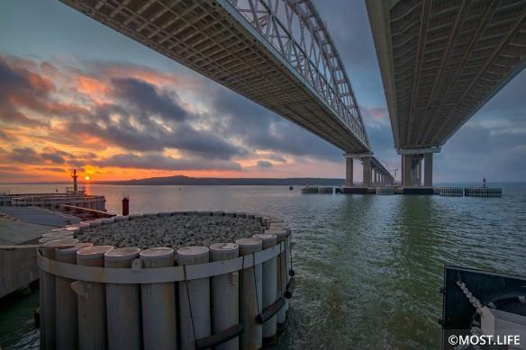 Крымским мостом активно пользуются туристы. Фото: most.life/multimedia