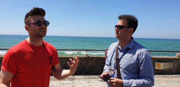 Сергея Лазарева в Тель-Авиве постоянно сопровождают фанаты и журналисты. Фото: Дни.ру/Феликс Грозданов
