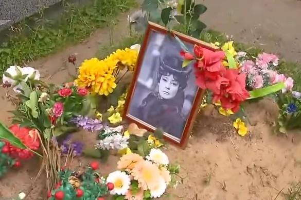 Так выглядела могила Татьяны Самойловой изначально.Кадр youtube.com