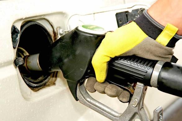Небольшое снижение курса рубля не должно вызвать скачка цен на бензин. Фото: www.globallookpress.com