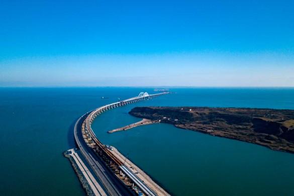 Крымский мост под надежной защитой военных. Фото: most.life