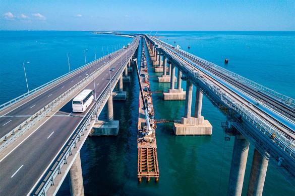 Украина подозревает Россию в использовании Крымского моста в военных целях. Фото: most.life