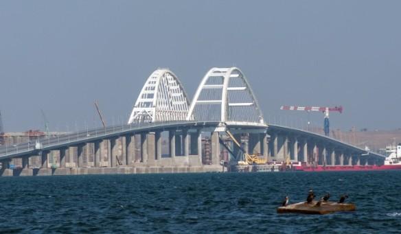 Украинцы пытаются доказать, что по Крымскому мосту почти никто не ездит.  Фото: most.life