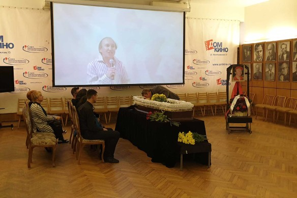 Сергей Апрельский прощается с другом. Фото: Феликс Грозданов/Дни.ру