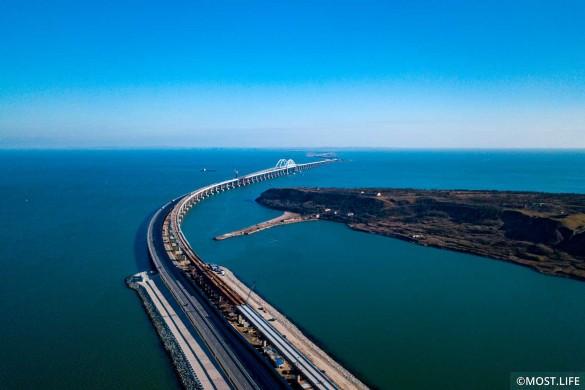 Скоро по Крымскому мосту поедут поезда. Фото: most.life