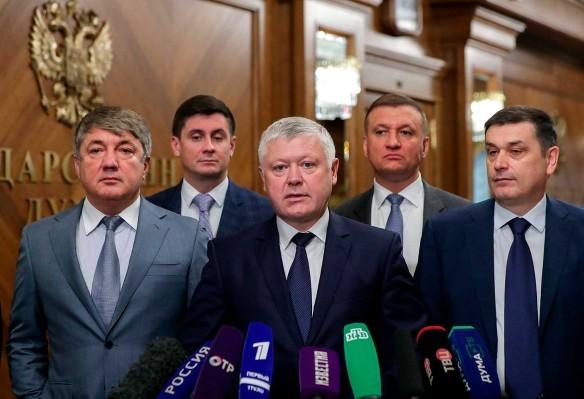 Василий Пискарев (в центре). Фото: duma.gov.ru