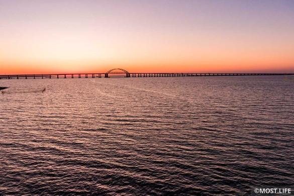 Крымский мост расположен в Керченском проливе. Фото: most.life