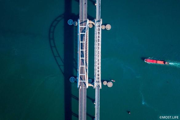 Крымский мост находится в Керченском проливе. Фото: most.life