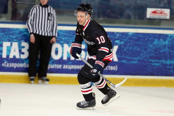Удодов Александр играет в хоккей
