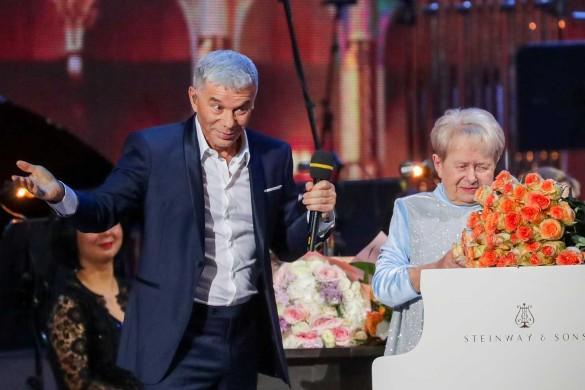 9 ноября известному композитору Александре Пахмутовой исполнилось 90 лет.