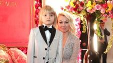Яна Рудковская и ее сын Александр Плющенко. Фото: Вячеслав Прокофьев/ТАСС