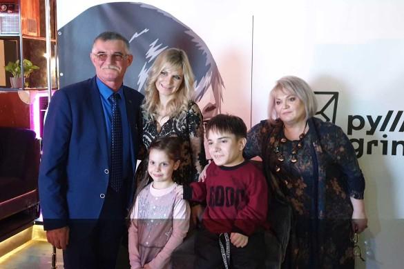 Данил Плужников с семьей. Фото: Феликс Грозданов/Дни.ру