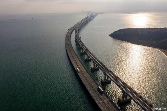 Что происходит на Крымском мосту. Фото: most.life