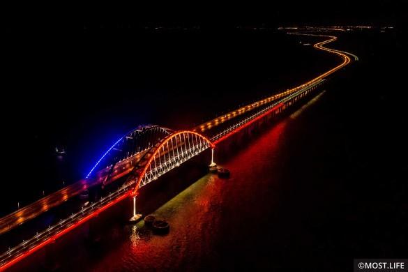 На Крымском мосту заработала подсветка. Фото: most.life