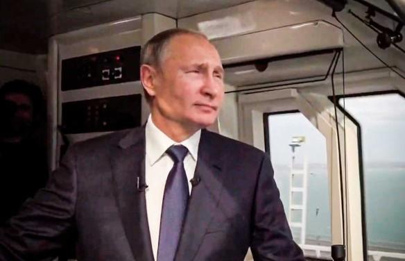 Владимир Путин на Крымском мосту. Кадр youtube.com