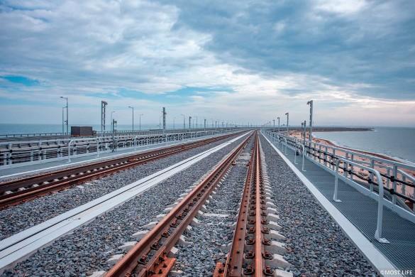 Поезда на Крымском мосту. Фото: most.life