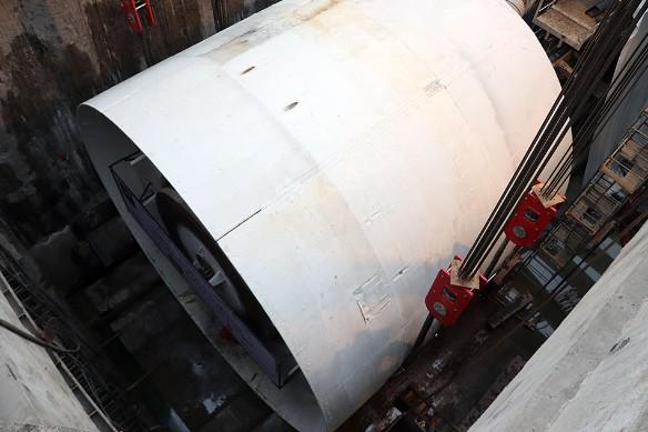 """Спуск тоннелепроходческого щита """"Виктория"""", выбранного Русланом Байсаровым, на место работ. Фото: Пресс-служба"""